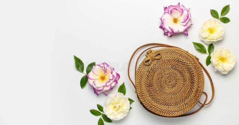 Modny poj?cie kobiet torebki Handmade delikatny i wzrastali?my kwiaty z zielonymi li??mi na ?wietle obraz royalty free