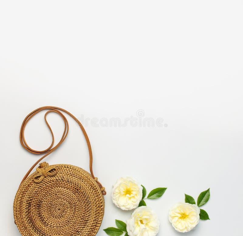 Modny poj?cie kobiet torebki Handmade delikatny i wzrastali?my kwiaty z zielonymi li??mi na ?wietle obrazy royalty free