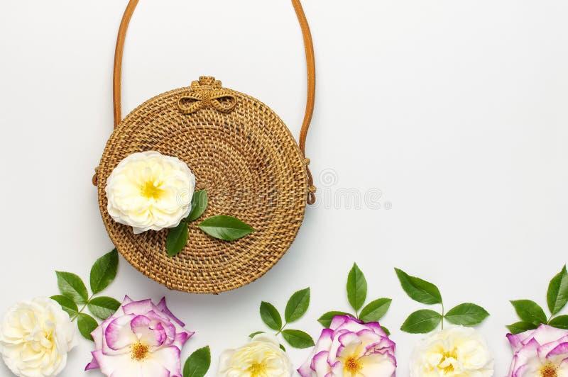 Modny poj?cie kobiet torebki Handmade delikatny i wzrastali?my kwiaty z zielonymi li??mi na ?wietle zdjęcia royalty free