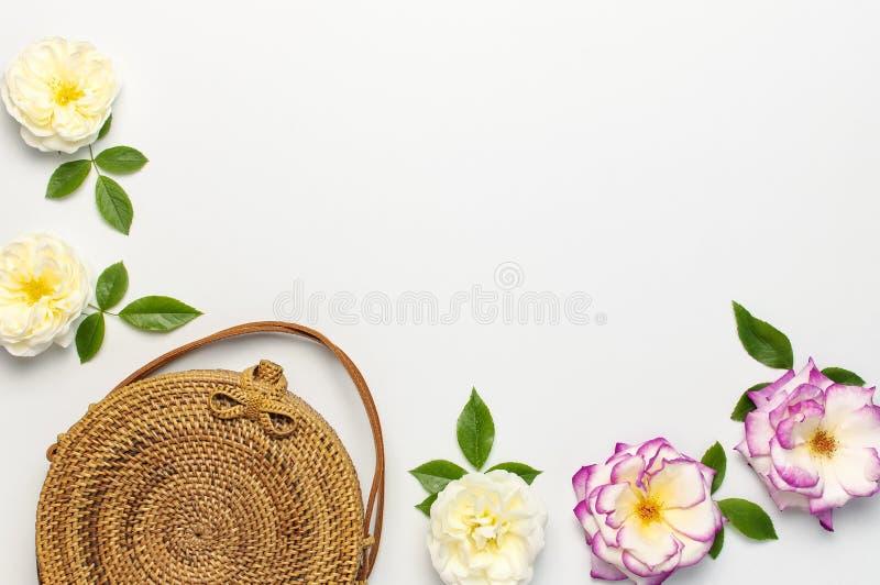 Modny poj?cie kobiet torebki Handmade delikatny i wzrastali?my kwiaty z zielonymi li??mi na ?wietle fotografia stock
