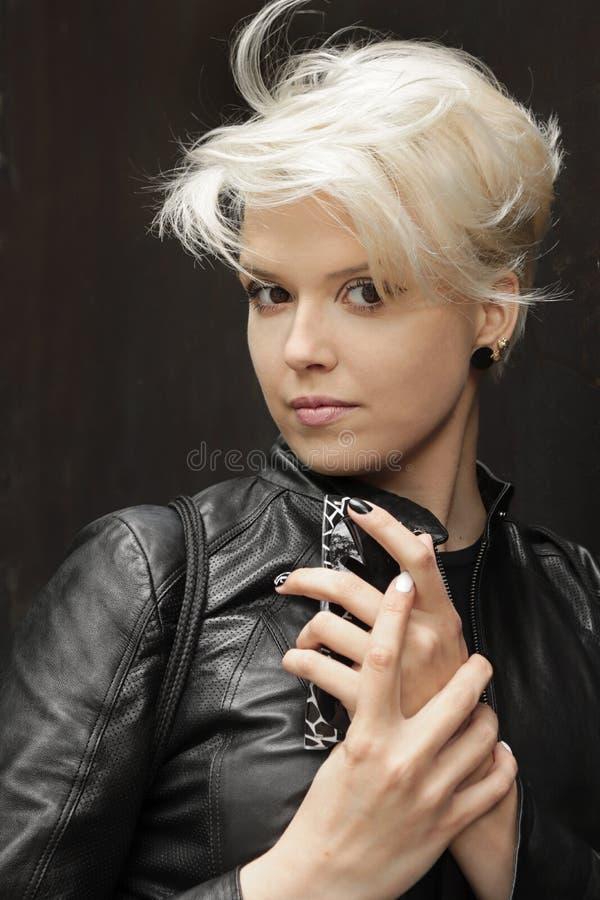 Modny popiółu brudzenie, ostrzyżenie na krótkim włosy na modelu i fotografia stock