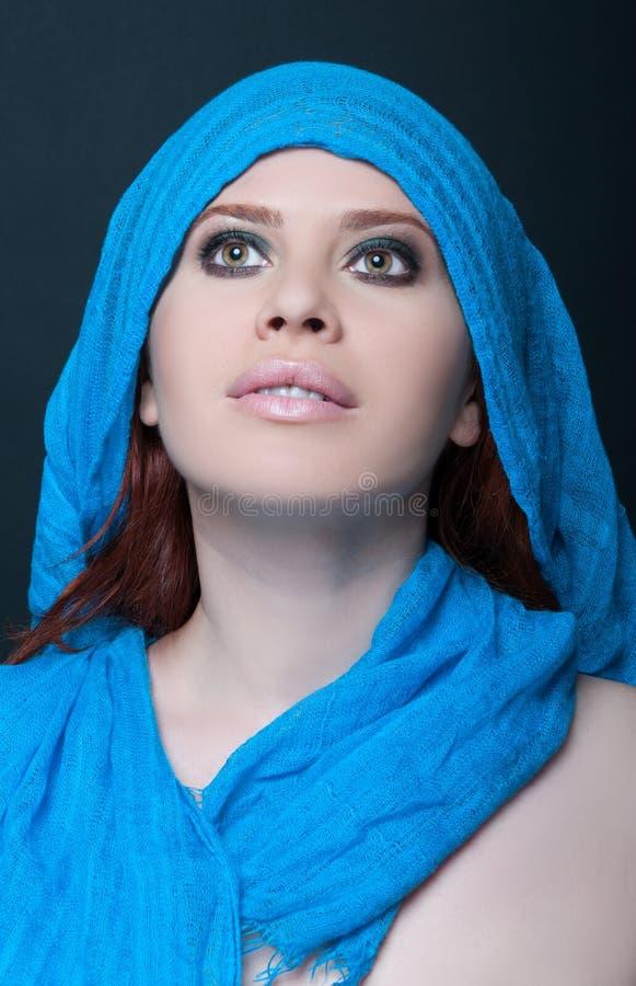 Modny portret dziewczyna model z szalikiem obrazy stock