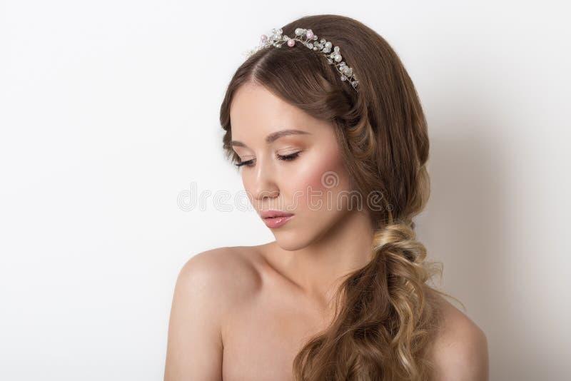 Modny portret piękna delikatna śliczna młoda dziewczyna z czystym skóra radiantem i miękka część makijaż na białym tle w zdjęcie royalty free