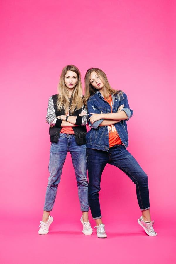 Modny wiosna wizerunek dwa odważnej dziewczyny, dziewczyny z prostym włosy W ubraniach cajgu codzienny styl fotografia royalty free