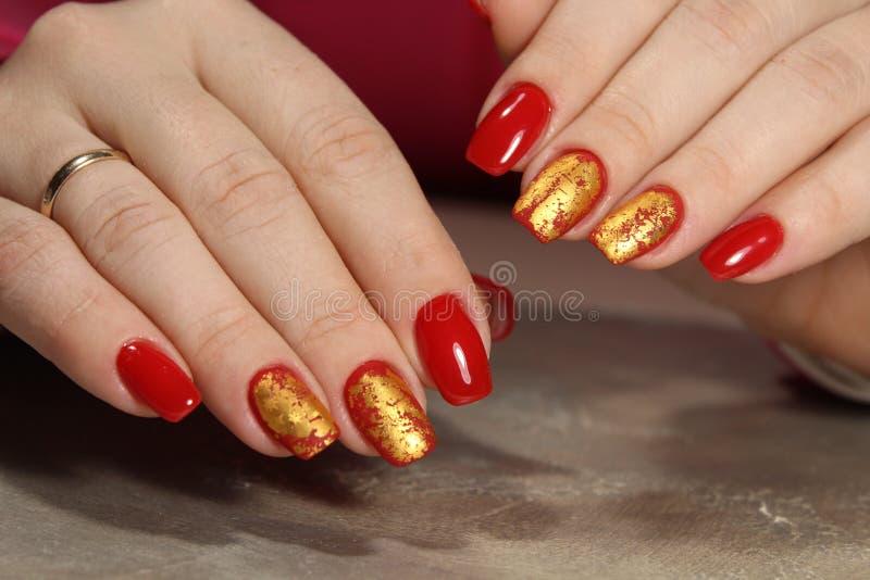 modny złoty manicure zdjęcia stock
