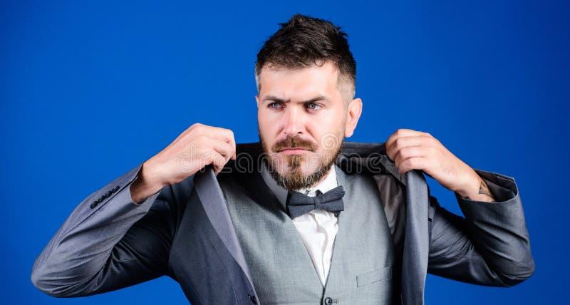 Modny zegarmistrz biznes w nowoczesnym ?yciu esthete elegancki dyrektor artystyczny Brodaty m??czyzna w formalnym kostiumu dojrza zdjęcia royalty free