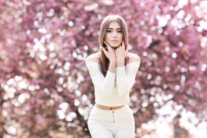 Modo Art Beauty Portrait Bella ragazza nel giardino mistico e magico di fantasia della primavera modello immagini stock