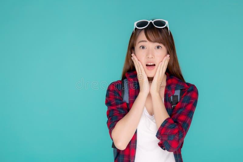 Modo d'uso di estate di viaggio di bella del ritratto giovane sorpresa asiatica della donna con il turista nella vacanza isolato  fotografia stock
