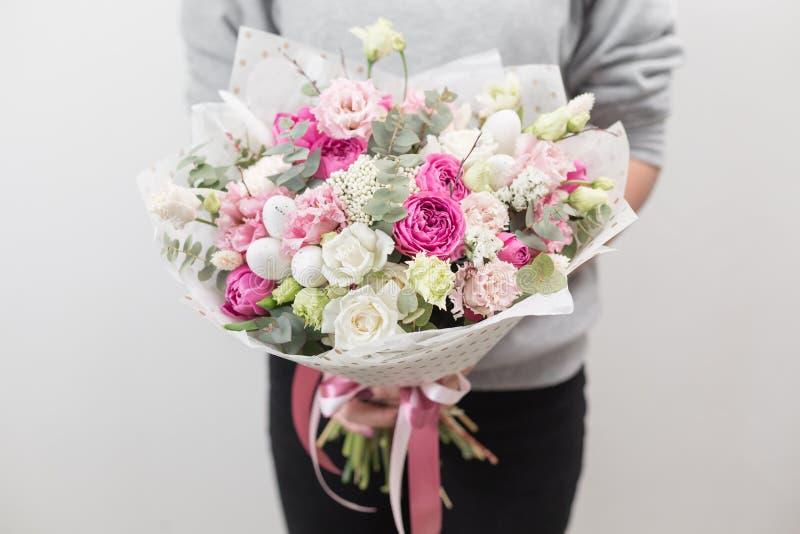 Modo da mola Ramalhete luxuoso bonito de flores misturadas na mão da mulher o trabalho do florista em um florista Foto horizontal imagens de stock royalty free