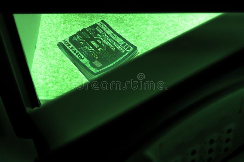 Modo de la visión nocturna Cuentas de dólar americano en una caja de depósito seguro El concepto de dinero de ahorro en un hotel  imagen de archivo