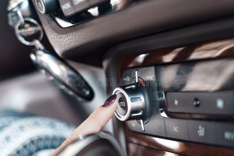 Modo de transporte Botón de ventilación y aire del interior del vehículo eléctrico en el panel de cierre fotografía de archivo libre de regalías