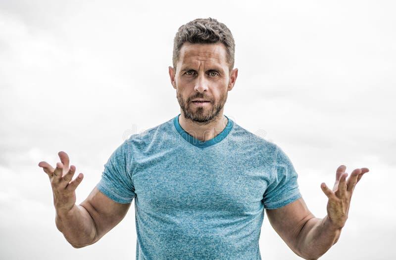 Modo degli abiti sportivi Maschio muscolare con la barba Uomo isolato su bianco Sportivo con l'ente atletico vettura nella palest fotografia stock