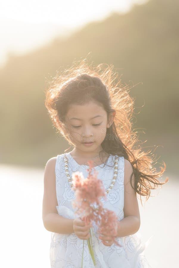 modo del bambino Il bianco d'uso della piccola ragazza asiatica sveglia copre immagini stock libere da diritti