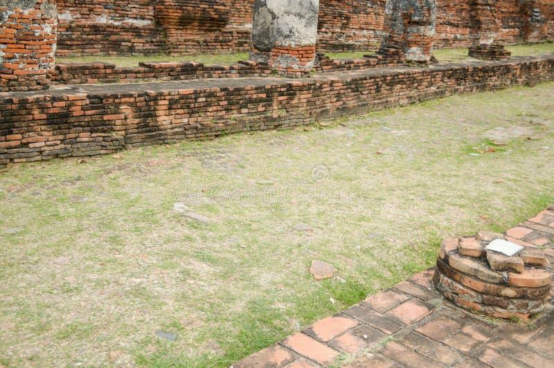 Modo del pavimento dell'erba in tempio pubblico immagini stock