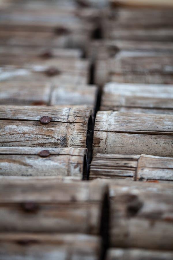 Modo del percorso fatto da bambù e dal chiodo fotografie stock