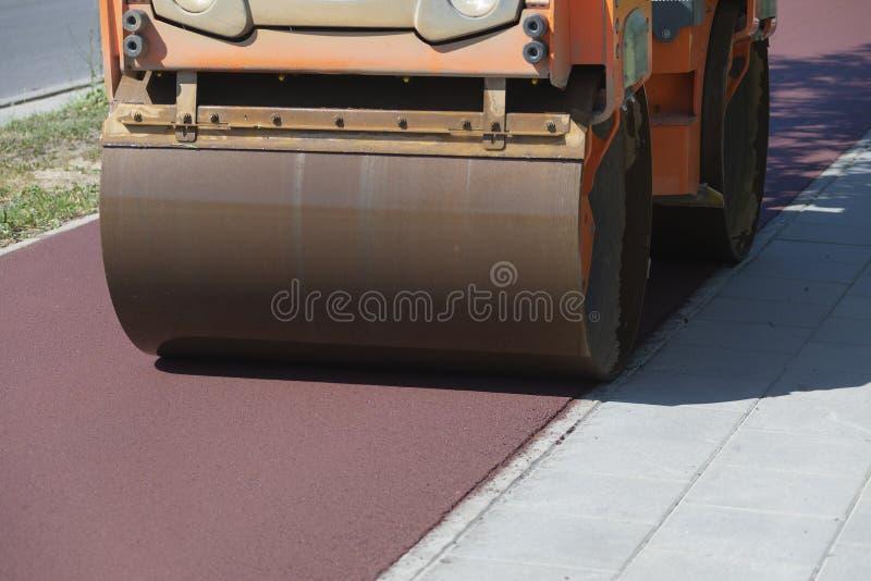 Modo della bicicletta della costruzione del rullo dell'asfalto fotografie stock