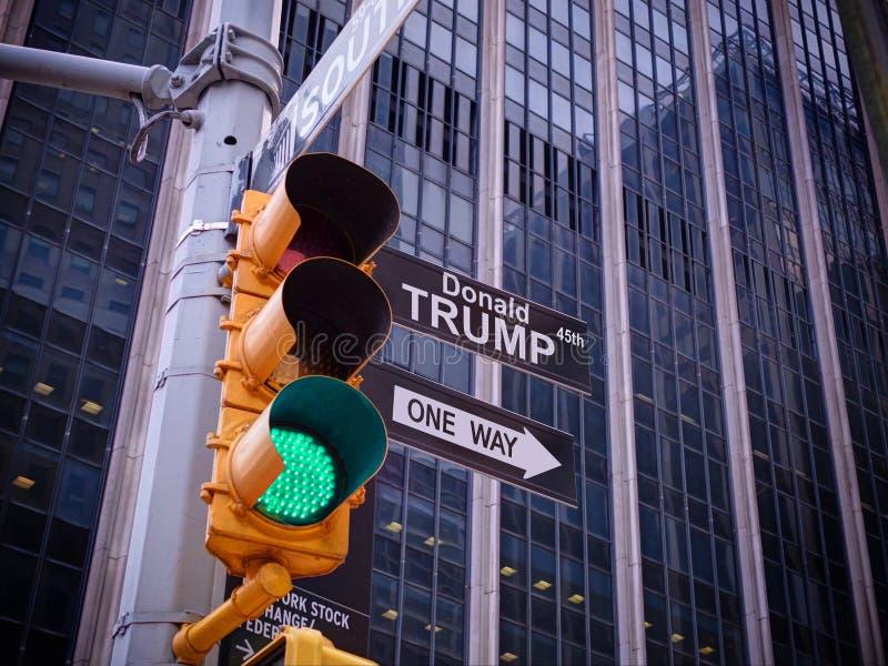 Modo della guida una del puntatore del nero della luce verde di traffico di giallo di NYC Wall Street a DIO Nessun modo, nessun g fotografia stock libera da diritti