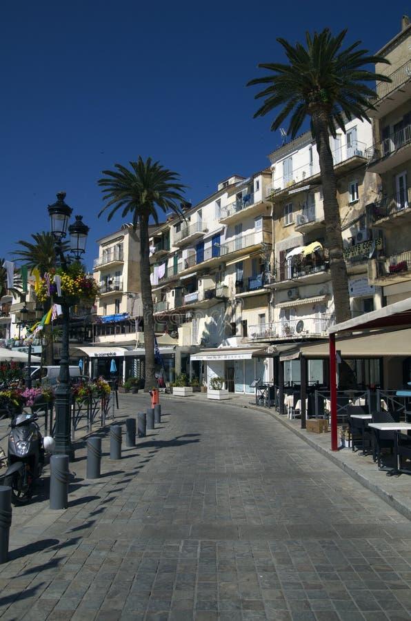 Modo della passeggiata della spiaggia a Calvi del centro sull'isola di Corsica in Francia fotografie stock