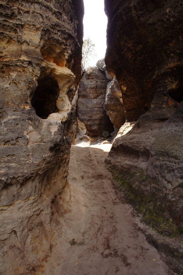 Modo della passeggiata fra le rocce grige e marroni fotografie stock