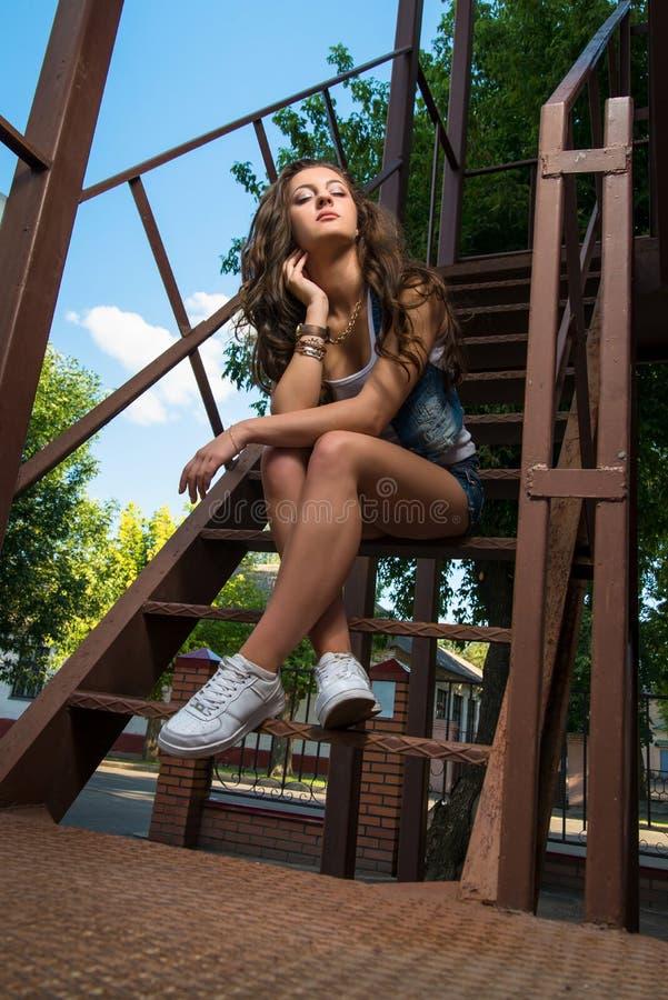 modo della via di ragazza contemporanea della gioventù spirito della giovane donna di estate immagini stock