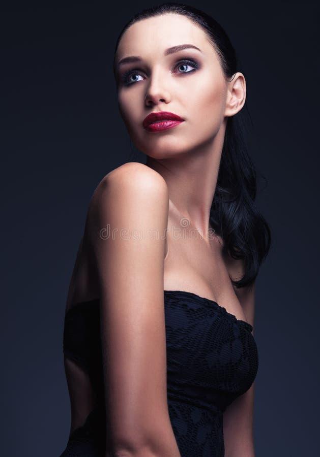 Modo dello studio sparato: ritratto della giovane donna adorabile fotografia stock