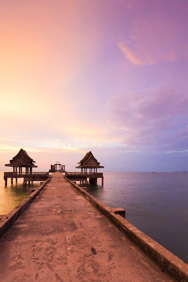 Modo di camminata che conduce all'orizzonte del litorale con il fondo drammatico del cielo immagini stock libere da diritti