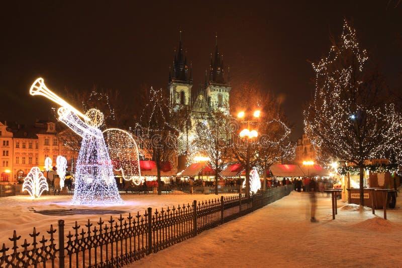Modo do Natal na praça da cidade velha nevado de Praga imagens de stock