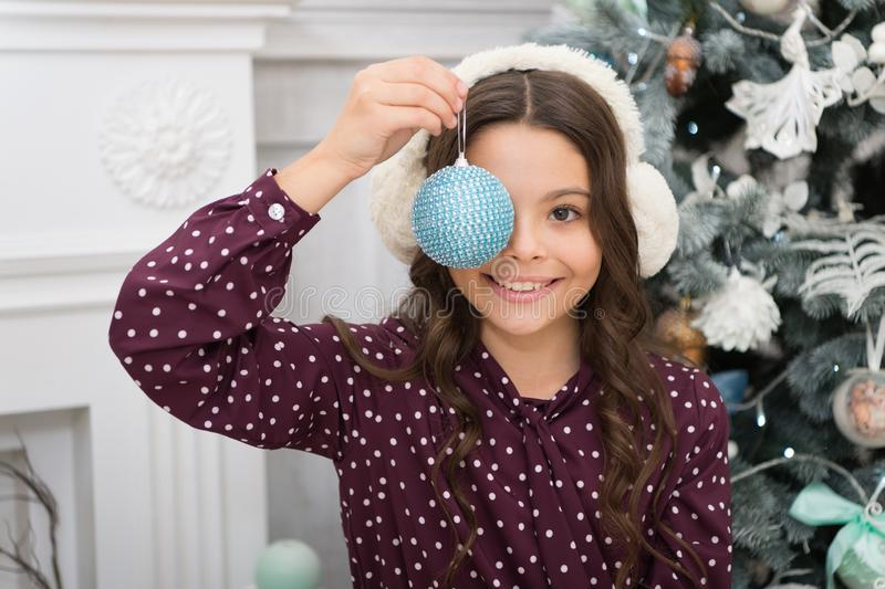 Modo do Natal Presentes do Natal da entrega Menina bonito da criança pequena com presente do xmas Ano novo feliz Menina feliz imagem de stock