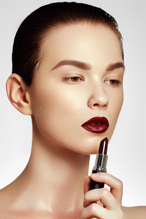 Modo e bellezza Bella giovane donna con il rossetto del vino immagini stock libere da diritti