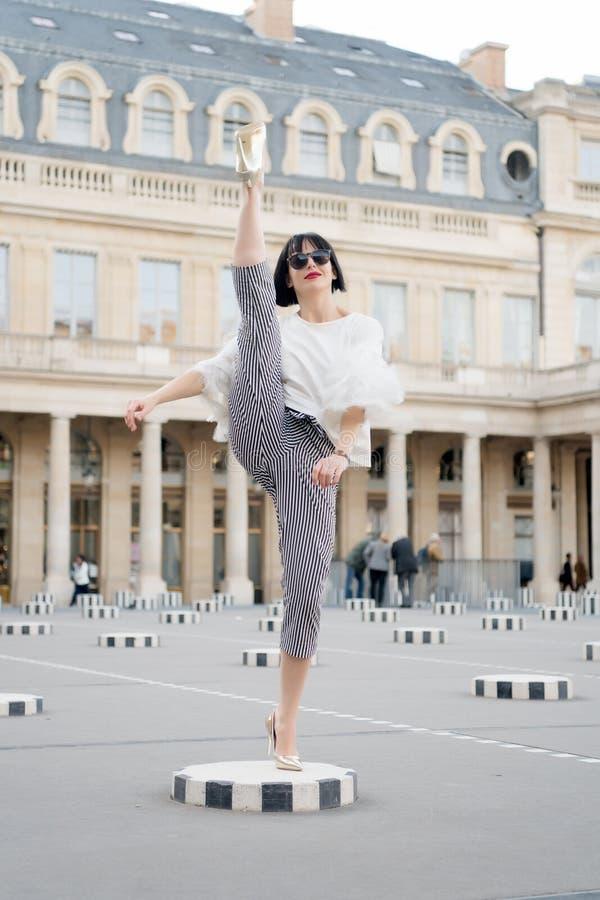 Modo e moda Donna sensuale con capelli castana Posa della donna sulle scarpe del tacco alto a Parigi, Francia Ragazza di bellezza immagine stock