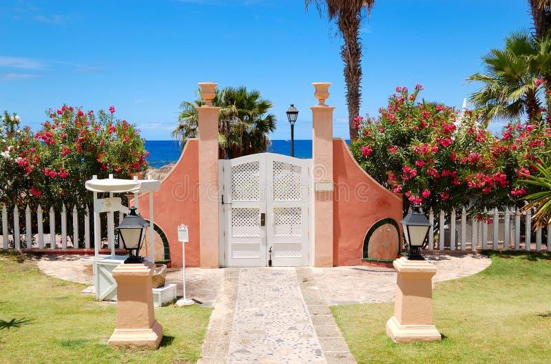 Modo e portello alla spiaggia all'albergo di lusso fotografia stock