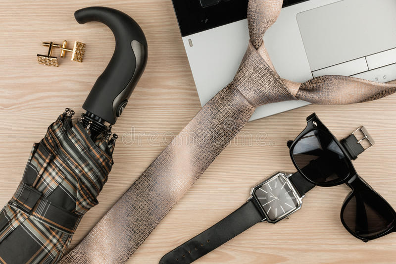 Modo ed affare, taccuino, orologio e legame su una tavola di legno come fondo fotografia stock
