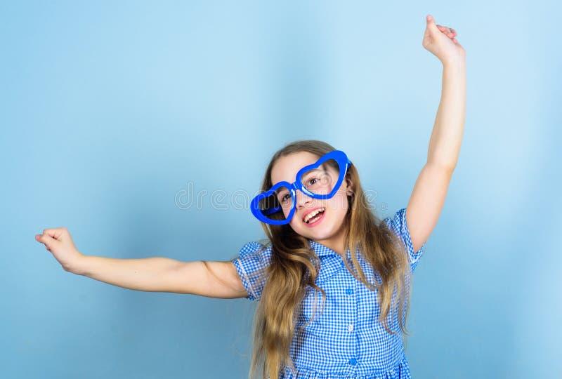 Modo eyewear Potenza di amore Occhiali a forma di del cuore della ragazza del bambino Il fronte sorridente adorabile della ragazz fotografia stock libera da diritti
