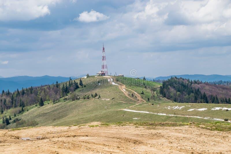 Modo fuori strada alla torre di telecomunicazione immagini stock