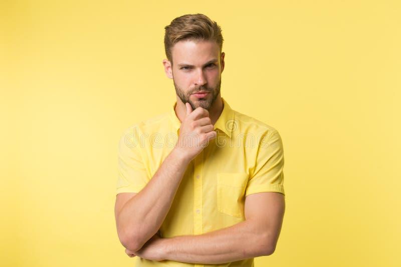 Modo maschio Pantaloni a vita bassa maturi con la barba tipo caucasico con i baffi Uomo barbuto Cura facciale Bellezza e modo mas fotografie stock libere da diritti