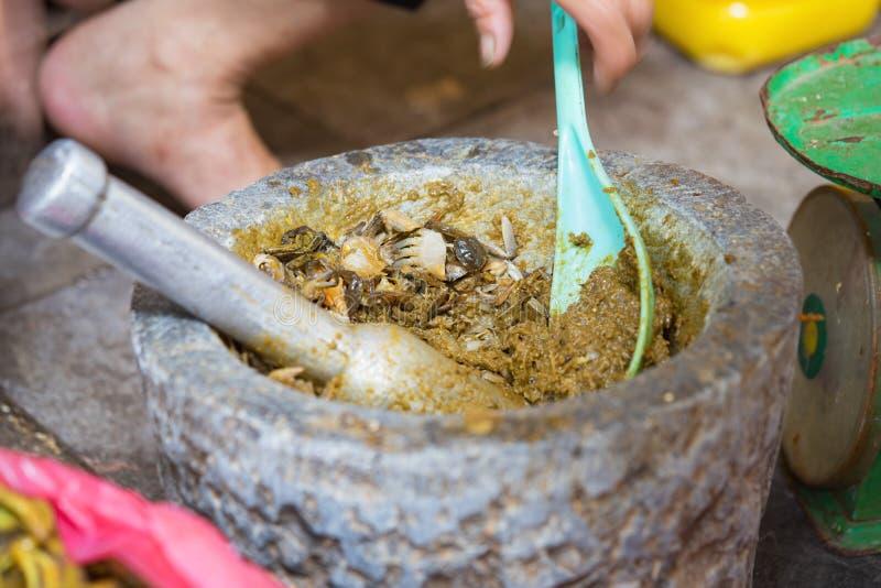 Modo tradizionale vietnamita produrre alimento del campo compensare la deriva: sgranocchi il granchio con il pestello ed il morta fotografia stock