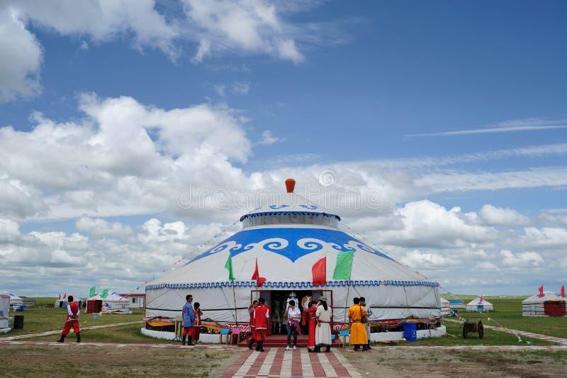 Module de la Mongolie sous le ciel bleu et les nuages blancs photos stock