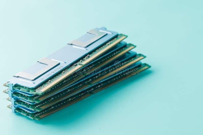 Modules de mémorisation par ordinateur sur le fond bleu vert image stock