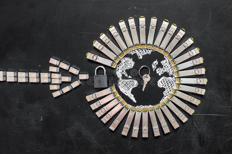 Moduli della rete di SFP di Internet come la forma di terra e freccia, lucchetto e chiave Concetto del securi di Internet fotografia stock libera da diritti