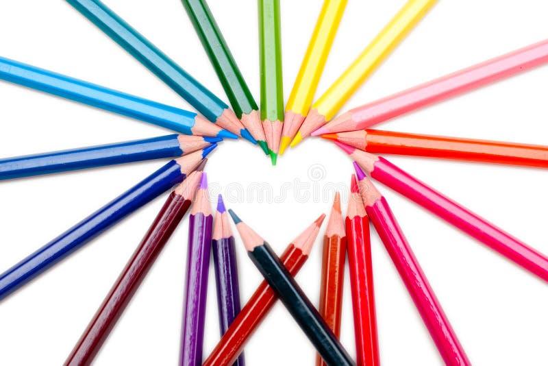 Modulo che del cuore il colore disegna a matita su priorità bassa bianca immagini stock libere da diritti
