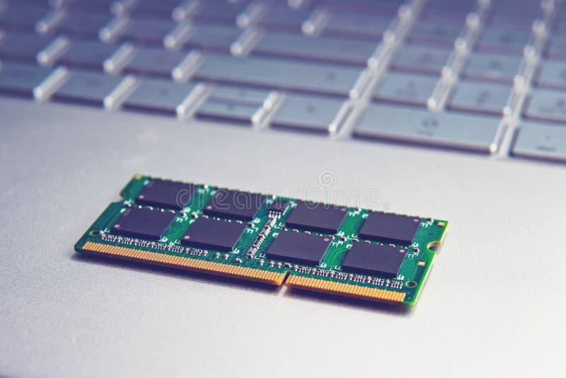 Modulo della scheda di memoria di RAM del sodimm DDR3 in primo piano nero del computer portatile fotografie stock