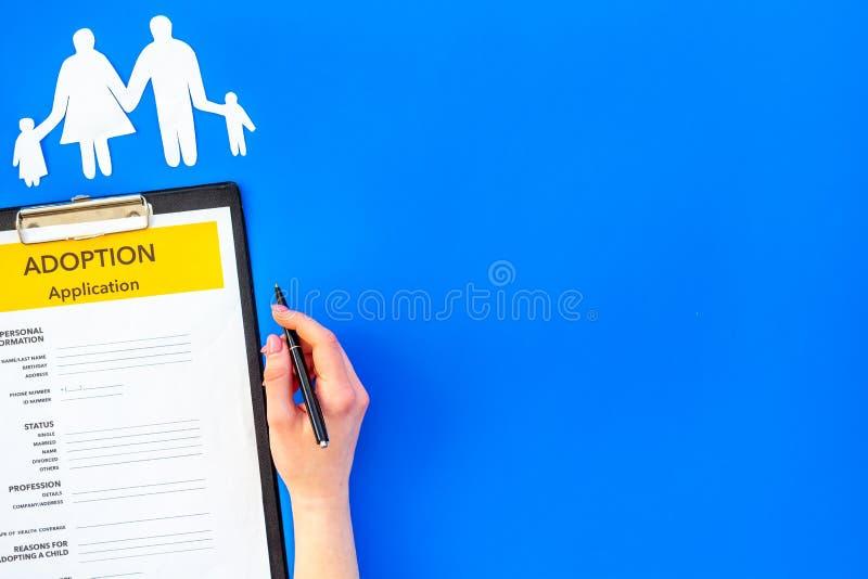 Modulo di domanda per adottare bambino su derisione blu di vista superiore del fondo su immagini stock libere da diritti