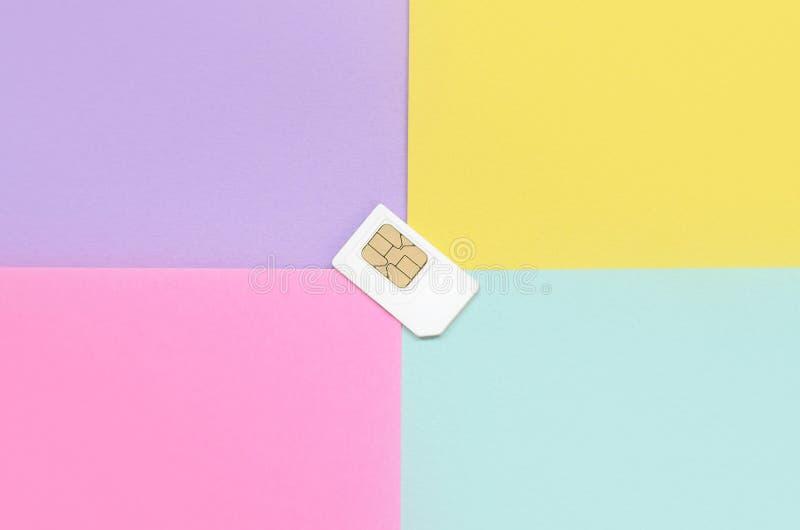 Modulo di identità di abbonato Carta SIM bianca su fondo pastello immagini stock