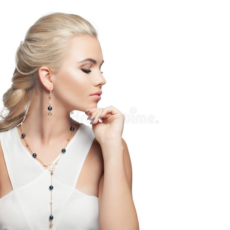 Mody biżuterii kobiety portret Ładna dziewczyna z moda złotym kolczykiem kolią z perłami odizolowywać na białym tle i obrazy stock