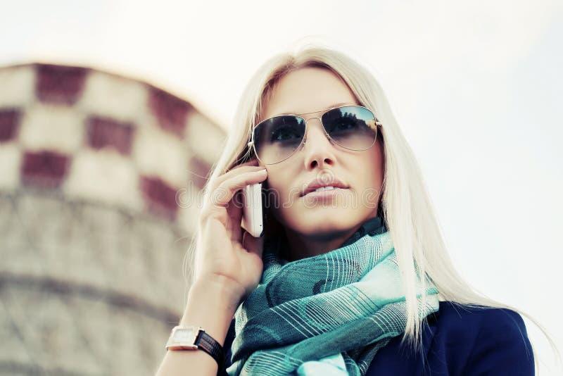Download Mody Biznesowa Kobieta Dzwoni Na Telefonie Komórkowym W Okularach Przeciwsłonecznych Obraz Stock - Obraz złożonej z dorosły, femaleness: 65226105