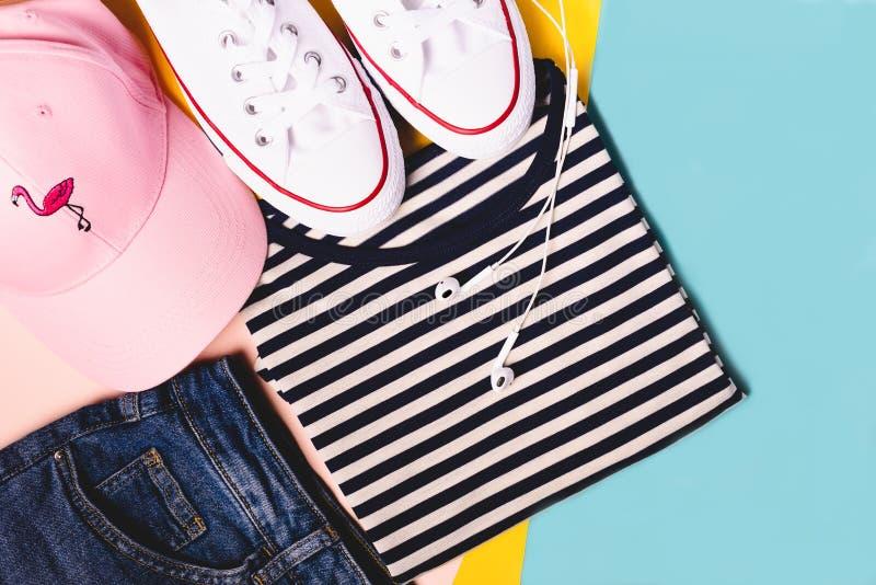 Mody blogger pojęcie Lato sport, odtwarzanie i podróż strój: pasiasta koszulka, drelichów skróty, różowy kapelusz, biały obraz royalty free