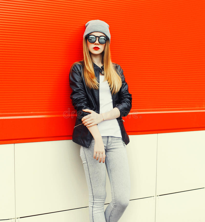 Mody blondynki kobiety modela być ubranym okulary przeciwsłoneczni, kapelusz nad czerwienią zdjęcie stock