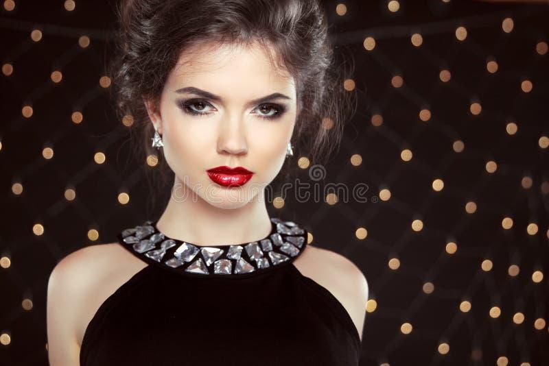 Mody brunetki modela portret Biżuteria i fryzura eleganckie zdjęcia royalty free
