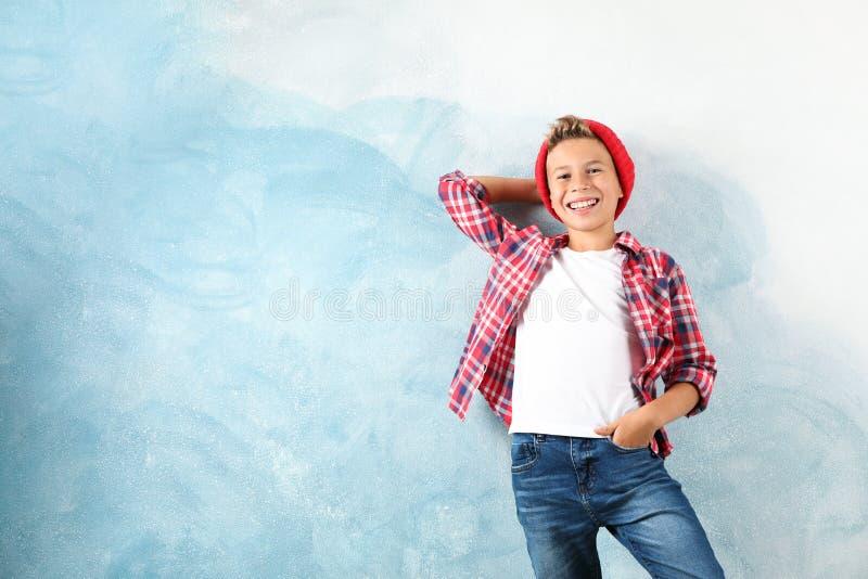 Mody chłopiec na koloru tle obrazy royalty free