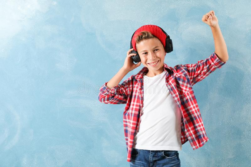 Mody chłopiec w hełmofonach na koloru tle fotografia stock